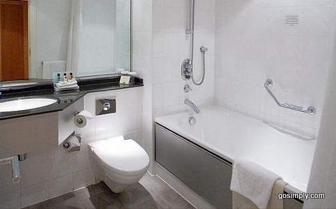 Bathroom in Crowne Plaza Heathrow guest room