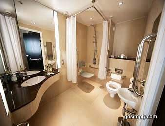Heathrow Ramada Hotel bathroom