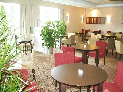 Days Inn Luton Airport dining area