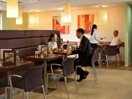 Luton Airport Ibis Hotel dining area