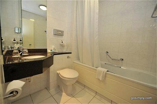 Holiday Inn Manchester Airport guest bathroom