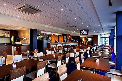 Holiday Inn Express Liverpool Airport restaurant and bar