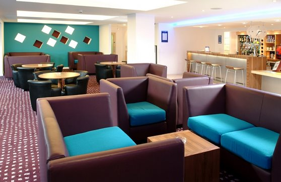 Hotel bar and lounge at the Holiday Inn Express Hemel Hempstead