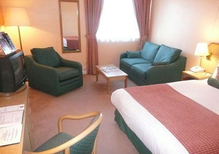 Quality Hotel Edinburgh Airport bedroom
