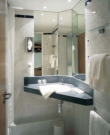 Guest bathroom at the East Midlands Airport Express by Holiday Inn