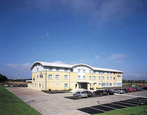 Exterior of the East Midlands Airport Holiday Inn Express