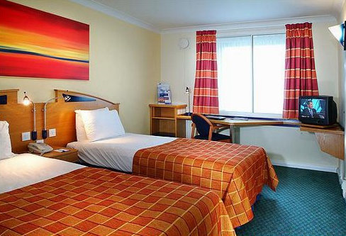East Midlands Airport Holiday Inn Express bedroom