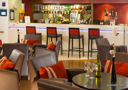 Glasgow Airport Holiday Inn Express bar and lounge
