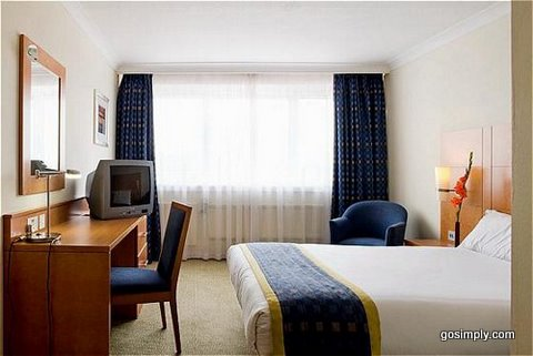 Gatwick Holiday Inn guest room