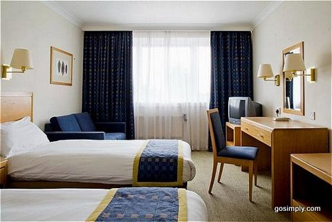 Holiday Inn Gatwick guest room