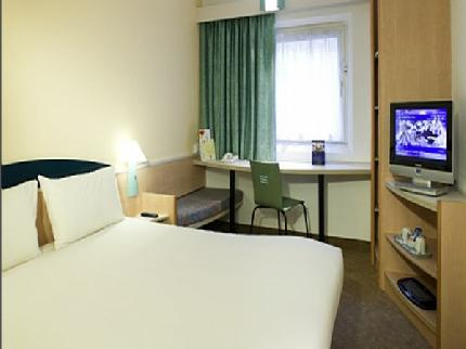 Double bedroom at the Ibis Hotel Stevenage